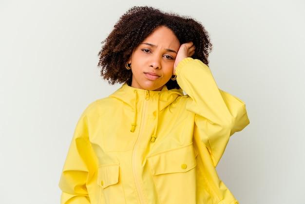 Jeune femme métisse afro-américaine isolée fatiguée et très endormie en gardant la main sur la tête.