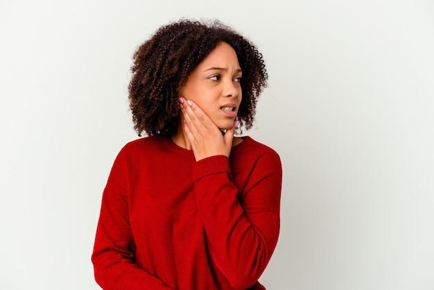 Jeune femme métisse afro-américaine touchant l'arrière de la tête, pensant et faisant un choix.
