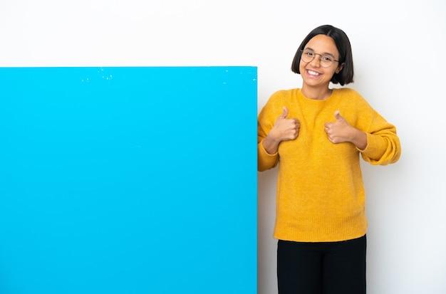 Jeune femme métisse avec une grande pancarte bleue isolée donnant un geste du pouce levé