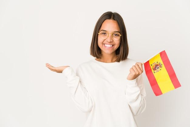 Jeune femme métisse hispanique tenant un drapeau espagnol