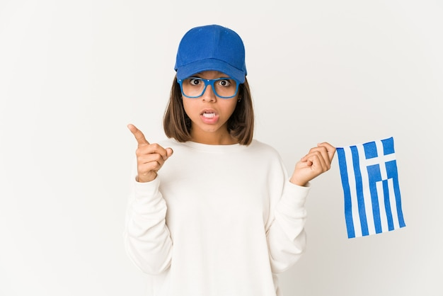 Jeune femme métisse hispanique tenant un drapeau de la grèce ayant une idée, un concept d'inspiration.