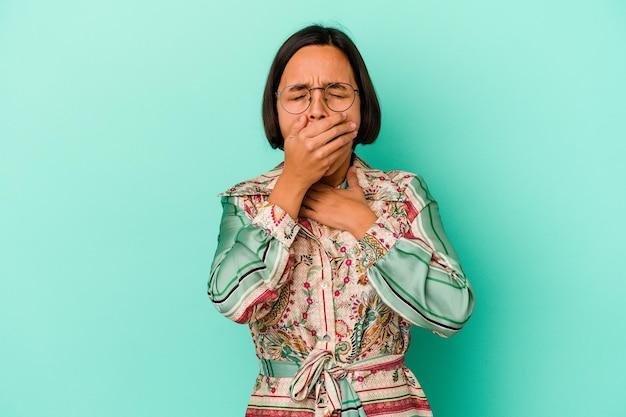Jeune femme métisse isolée sur bleu souffre de douleurs dans la gorge en raison d'un virus ou d'une infection.