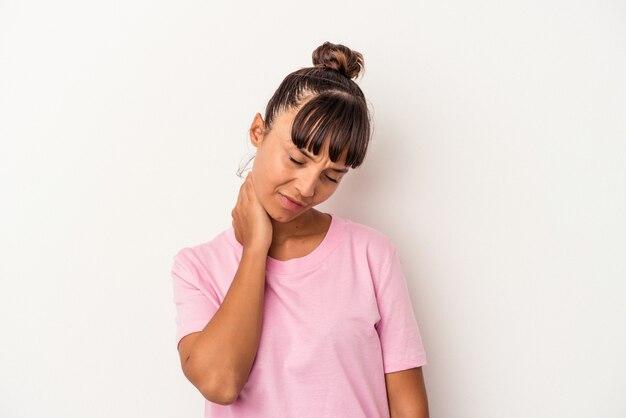 Jeune femme métisse isolée sur fond blanc ayant une douleur au cou due au stress, en la massant et en la touchant avec la main.