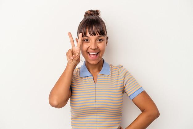 Jeune femme métisse isolée sur fond blanc montrant le numéro deux avec les doigts.