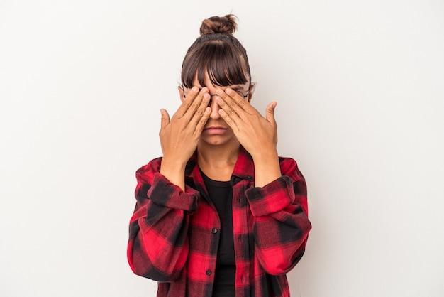 Jeune femme métisse isolée sur fond blanc peur couvrant les yeux avec les mains.