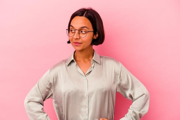 Jeune femme métisse isolée sur mur rose rêvant d'atteindre les objectifs et les buts