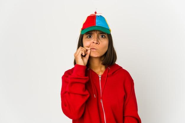 Jeune femme métisse portant une casquette drôle