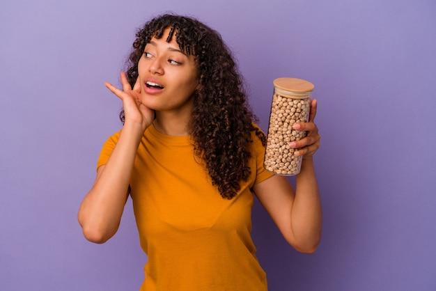 Jeune femme métisse posant