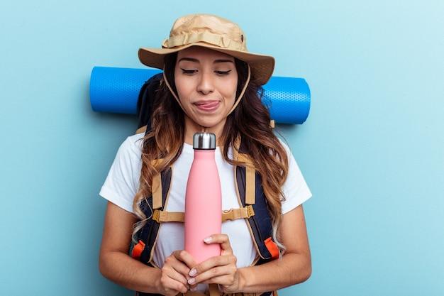 Jeune femme métisse prête à aller au camping