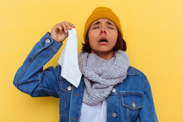 Jeune femme métisse avec un rhume sur fond jaune