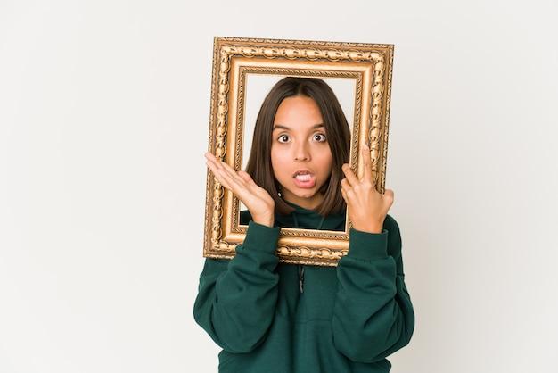 Jeune femme métisse tenant un cadre