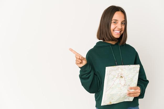 Jeune femme métisse tenant une carte