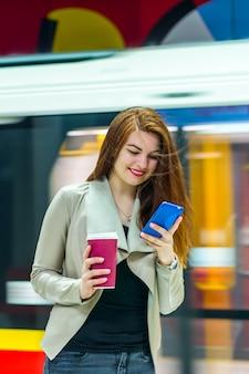 Jeune, femme, métro, train, regarder, smartphone