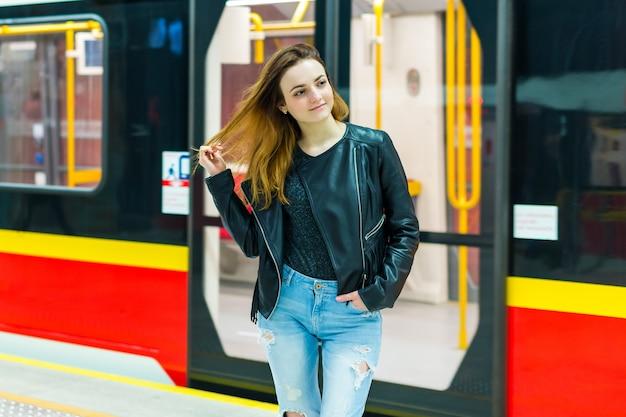 Jeune, femme, métro, train