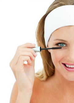 Jeune femme mettre mascara