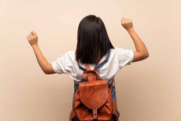 Jeune femme mexicaine sur fond isolé avec sac à dos