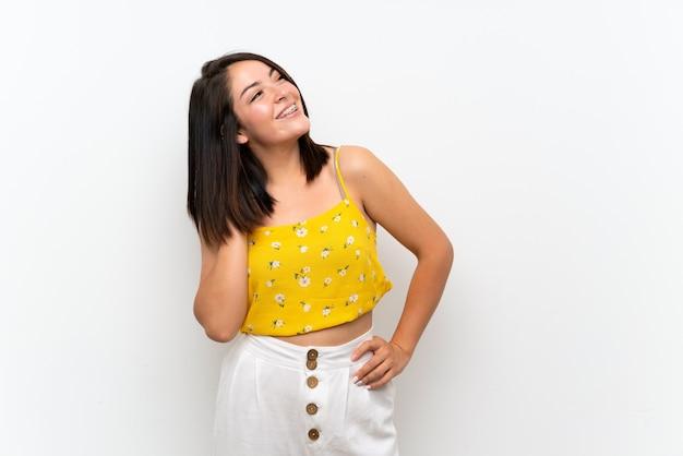Jeune femme mexicaine sur mur isolé, pensant une idée