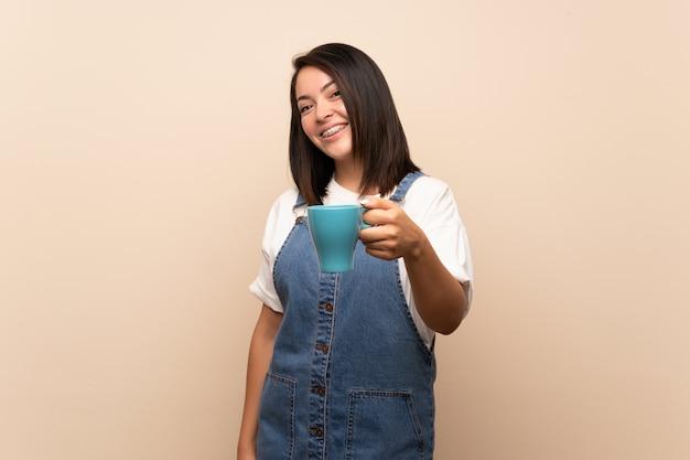 Jeune femme mexicaine tenant une tasse de café