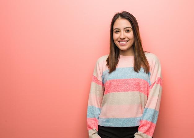 Jeune femme mignonne gaie avec un grand sourire