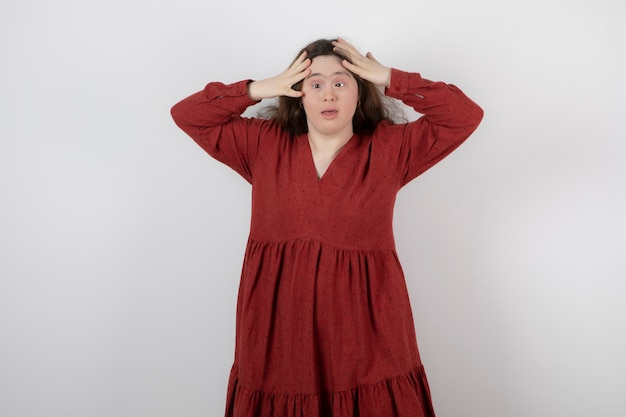 Jeune femme mignonne avec le syndrome de down debout et posant.