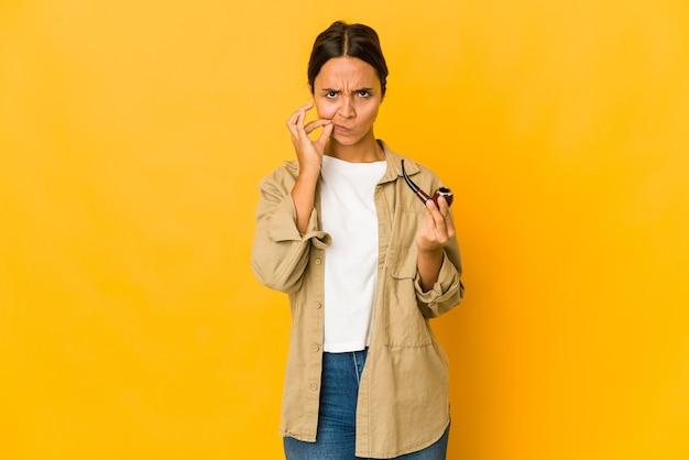 Jeune femme mignonne tenant une pipe de tabac
