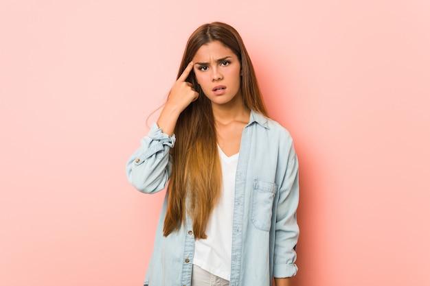Jeune femme mince montrant un geste de déception avec l'index.
