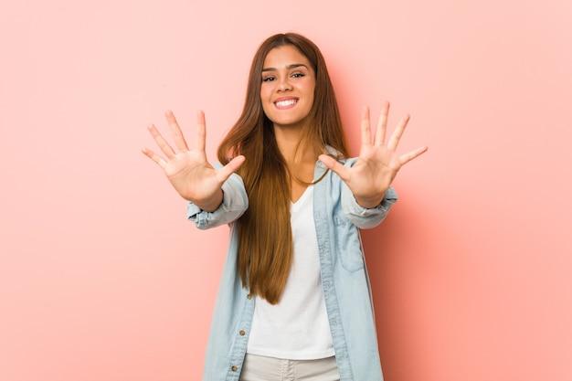 Jeune femme mince montrant le numéro dix avec les mains.