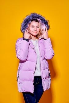 Jeune femme de la mode en bref violet doudoune.