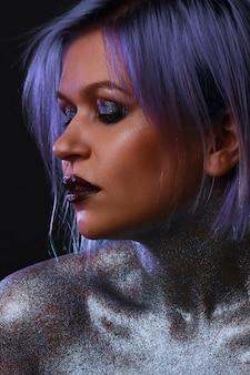 Jeune femme à la mode avec le maquillage brillant élégant de cheveux bleu-violet
