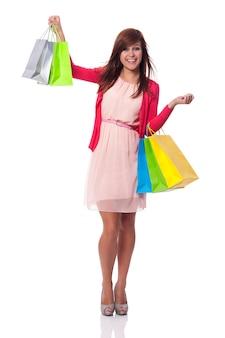 Jeune femme à la mode avec plein de sacs à provisions