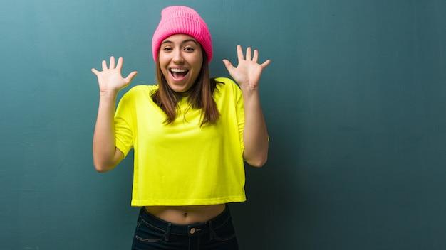 Jeune femme moderne célébrant une victoire ou un succès