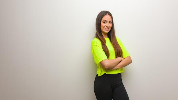 Jeune femme moderne croisant les bras et souriant
