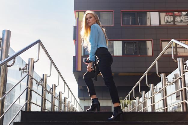 Jeune femme moderne dans une grande ville