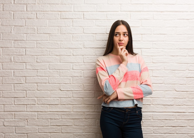 Jeune femme moderne doutant et confus