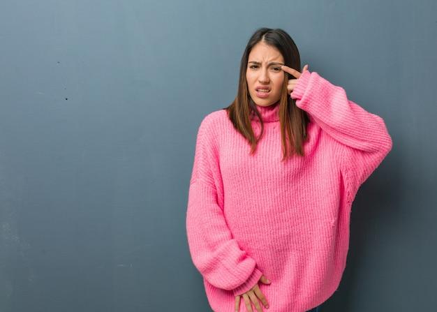 Jeune femme moderne faisant un geste de déception avec le doigt