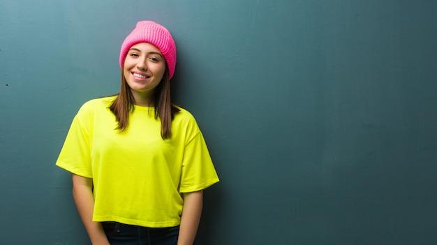 Jeune femme moderne gaie avec un grand sourire