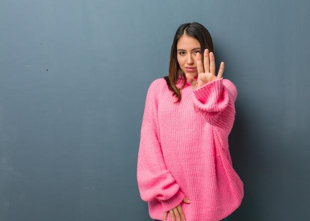 Jeune femme moderne, mettant la main devant