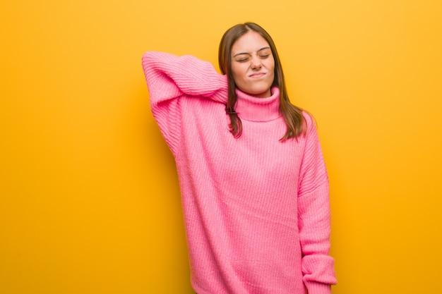 Jeune femme moderne souffrant de douleurs au cou
