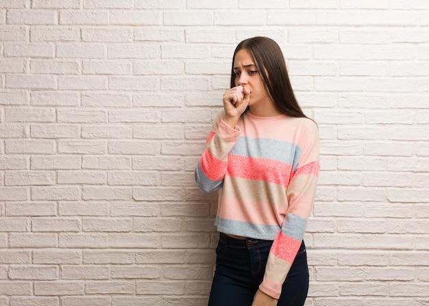 Jeune femme moderne toussant, malade à cause d'un virus ou d'une infection