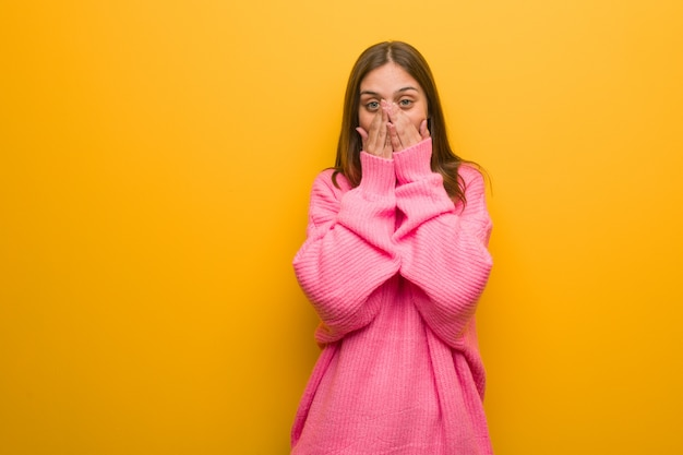 Jeune femme moderne très effrayée et effrayée cachée