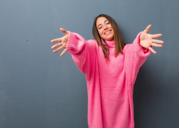 Jeune femme moderne très heureuse donnant un câlin à l'avant