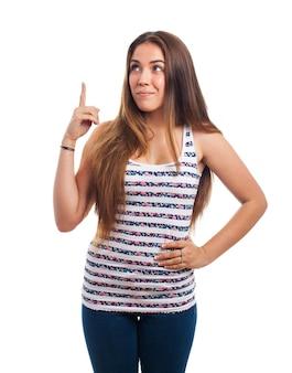 Jeune femme montrant doigt pointeur