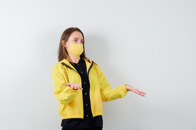 Jeune femme montrant un geste impuissant