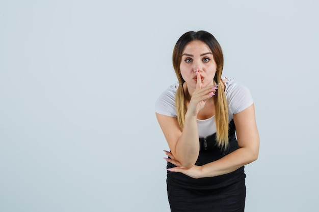 Jeune femme montrant le geste de silence
