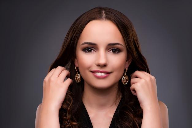 Jeune femme montrant ses nouvelles boucles d'oreilles