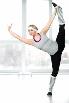 Jeune femme montrant son équilibre