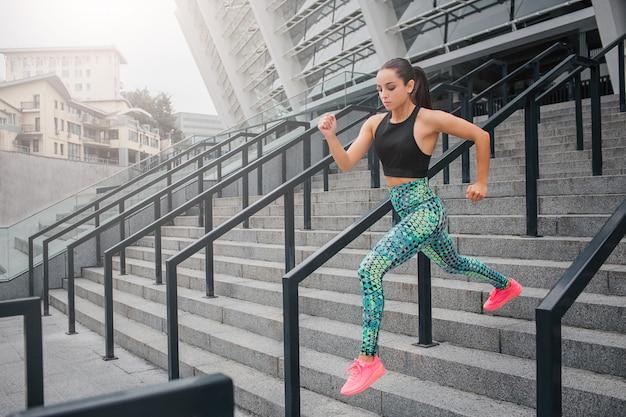 Une jeune femme motivée et concentrée court très vite