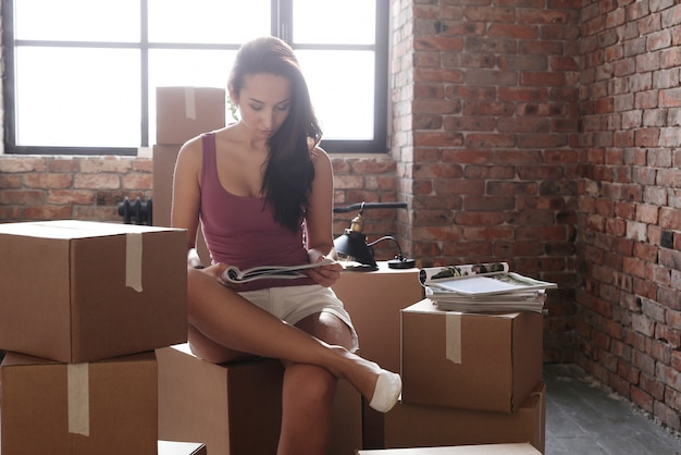 Jeune, femme, en mouvement, nouveau, appartement