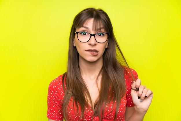 Jeune femme, sur, mur vert, avoir, doutes, confondre, expression visage