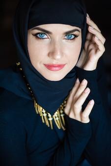 Jeune femme musulmane asiatique en foulard sourire belle femme du moyen-orient portant abaya arabian
